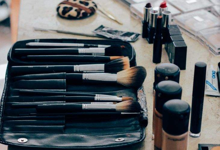 List of Makeup Essentials Every Girl Should Have in Their Bags