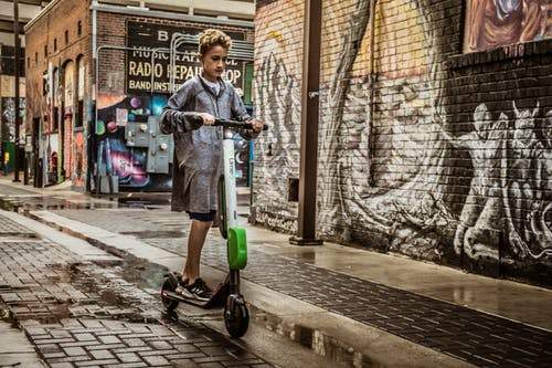 10 Essential Tips to ride an electric scooter safely
